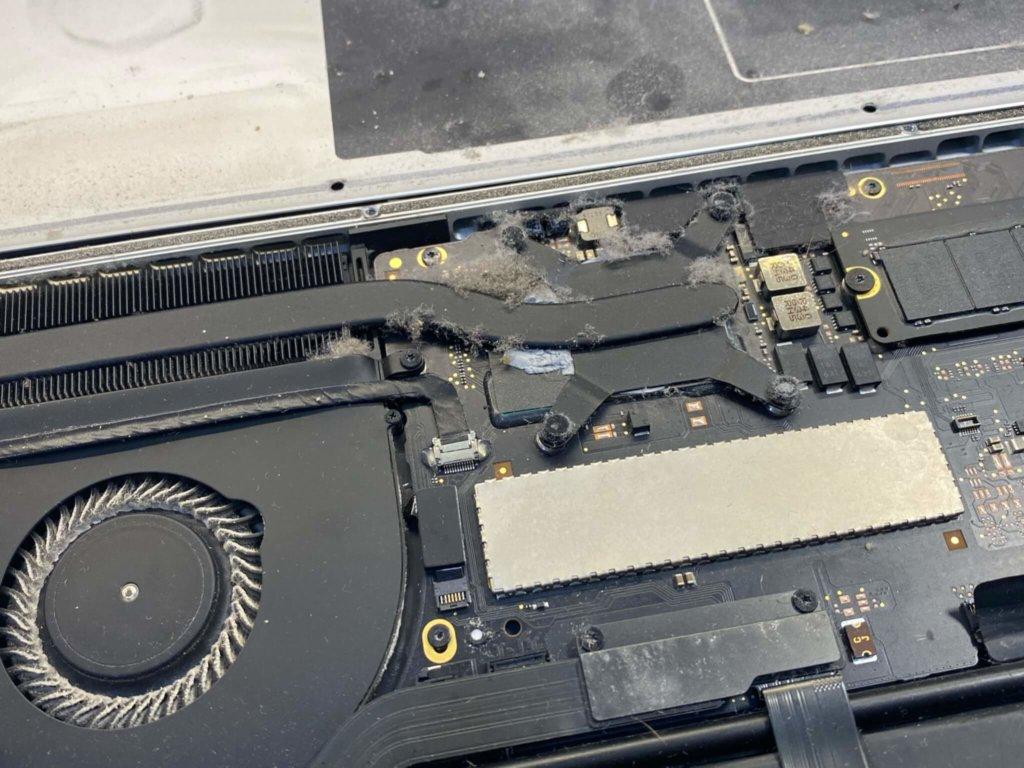 MacBook с пылью внутри