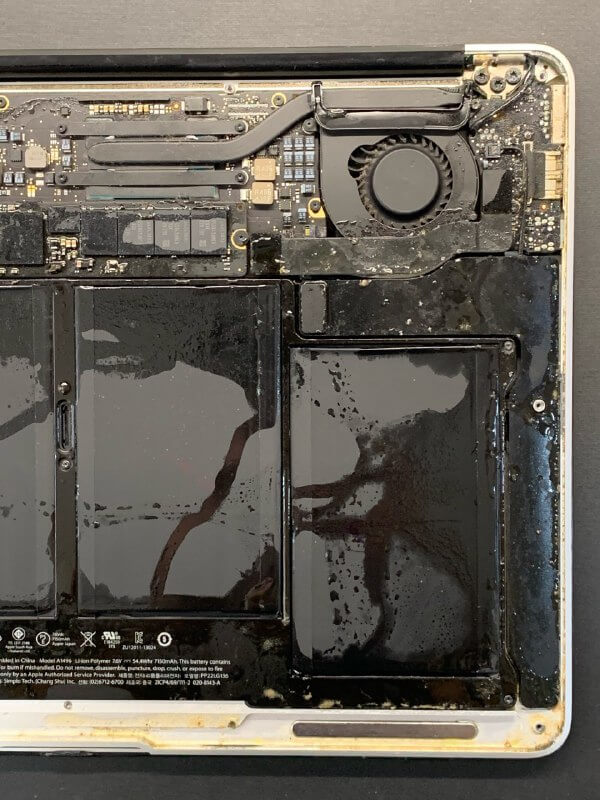 утопленный в супе MacBook Pro