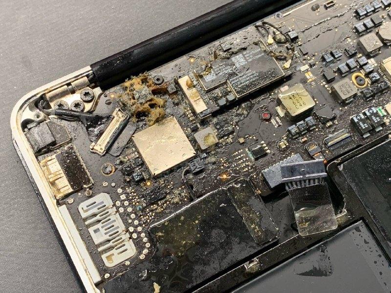 утопленный MacBook